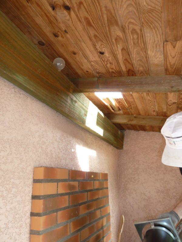 """""""hood bbq sheet metal chimney"""" suite de la hotte de barbecue en tôle d'acier faite maison le début de la création est là la suite donc il faut faire un trou dans la toiture avant la dépose Pierre-Guy a monté un doublage en brique pour protéger son mur..."""