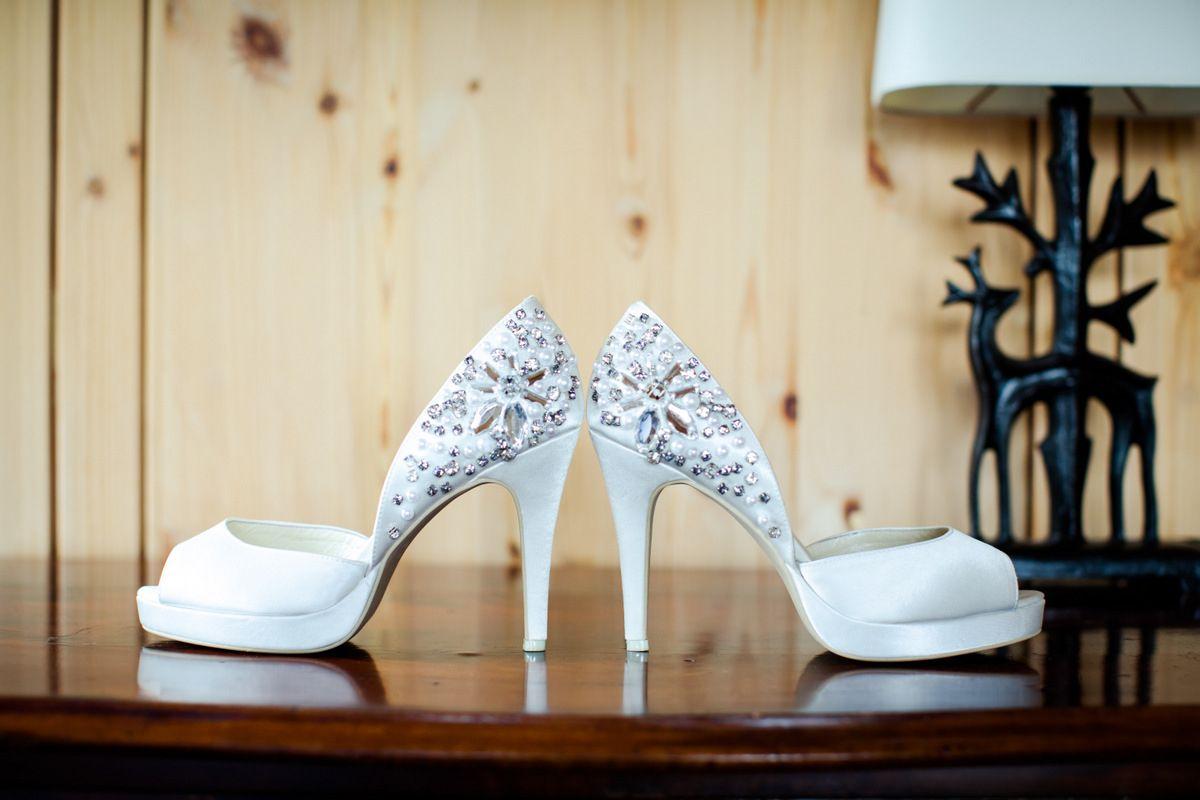 weiße Brautschuhe mit Strasssteinen #hochzeit #wedding #bride #braut