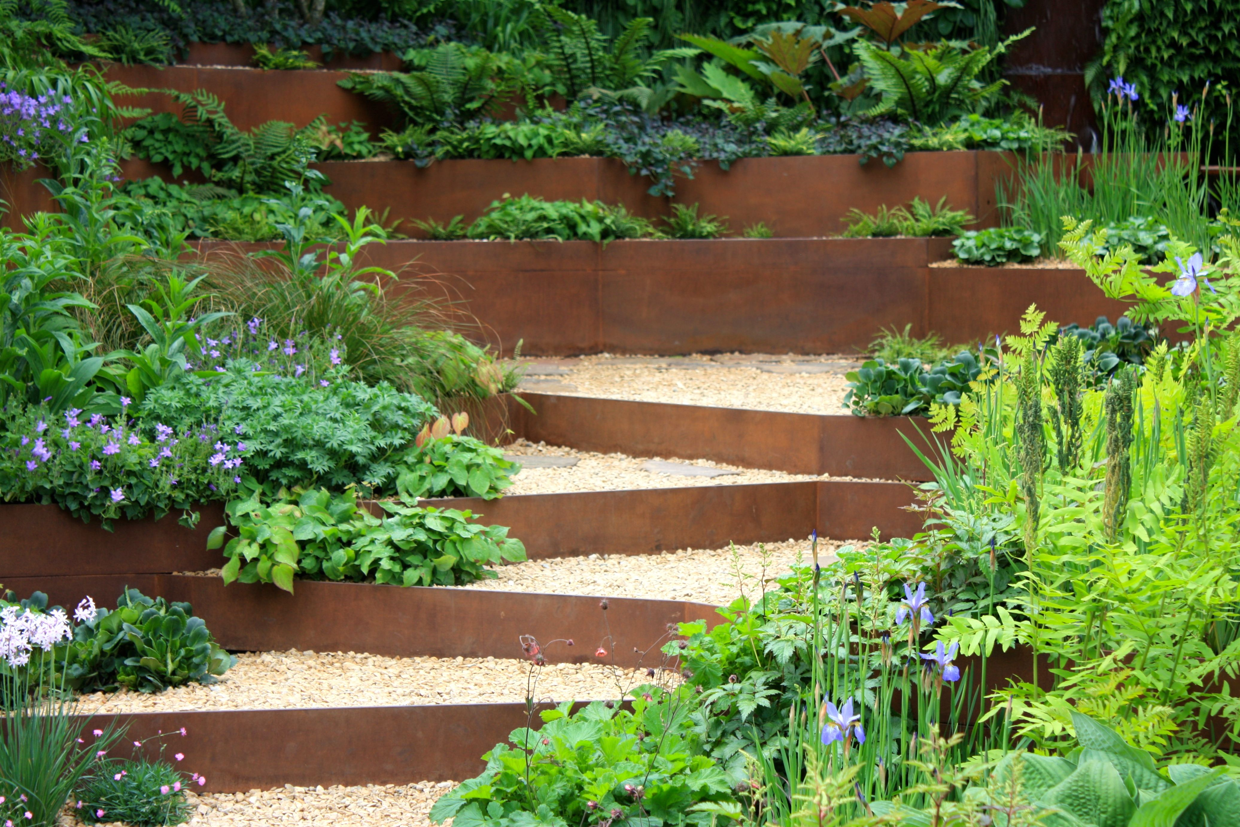 Terraced flower garden google search hillside - Jardin en pente amenagement ...