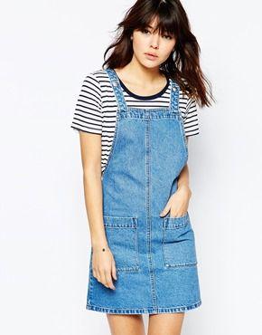 ASOS – Kurzes Jeanskleid in mittelblauer Waschung mit Trägern