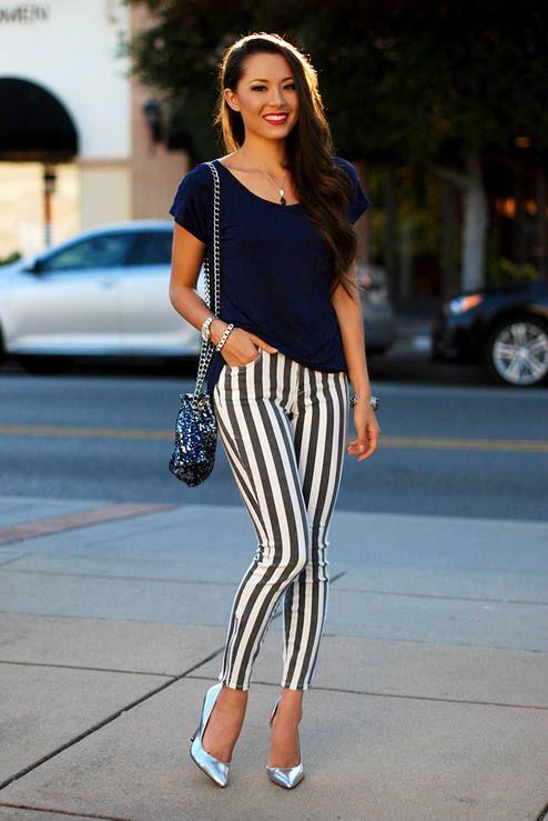 Chica Usando Zapatillas De Color Plateado Con Jeans Rayados Moda Y Complementos Moda Moda Para Mujer