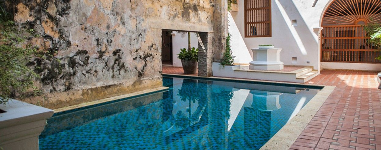 Hotel Casa San Agustin: The central, up-lit swimming pool showcases a beautifully preserved 300-year-old aqueduct.