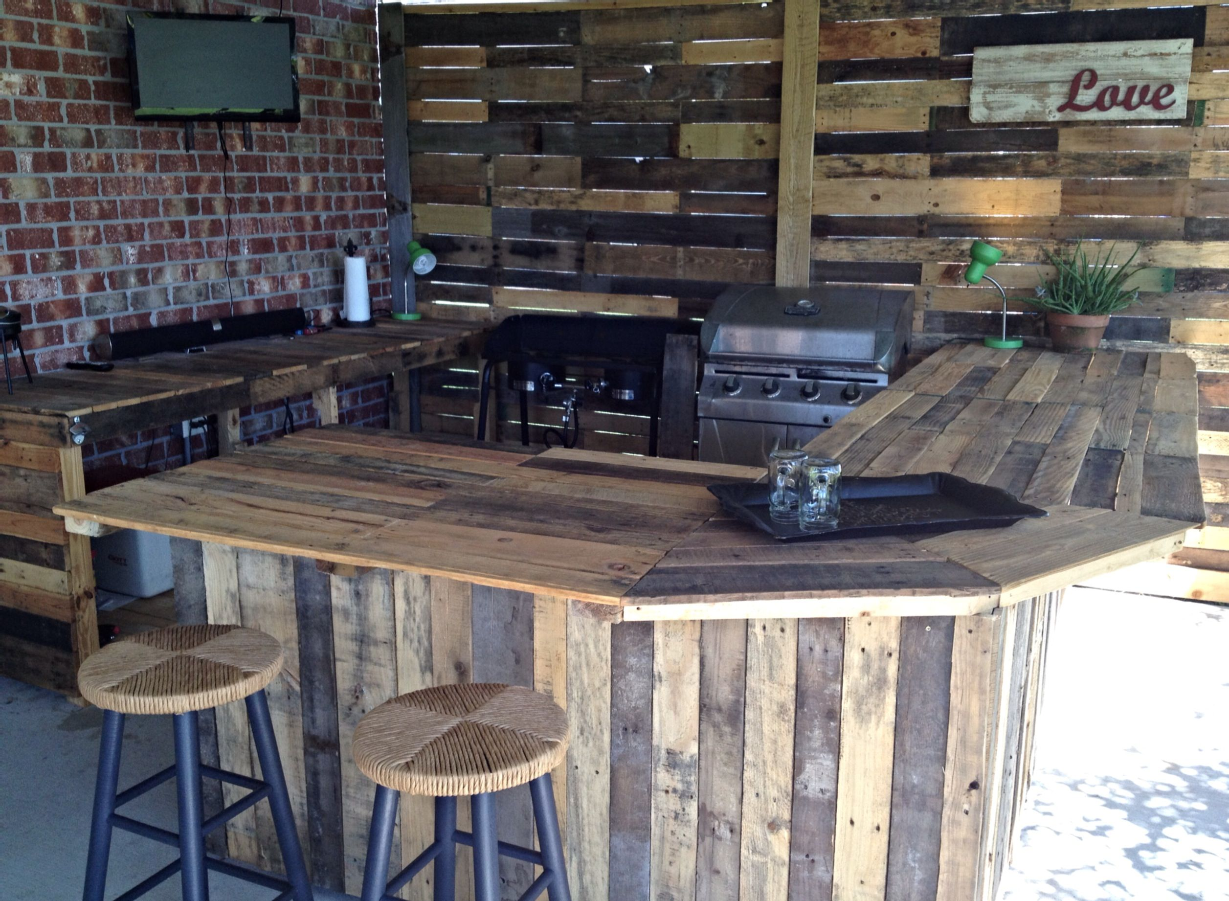 Outdoor kitchen made from pallets a great way to recycle for Wood outdoor bar ideas