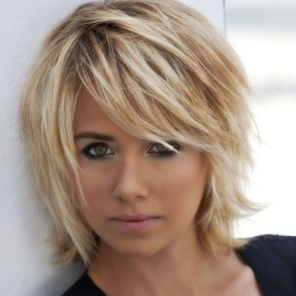 Coupe courte femme blonde visage long