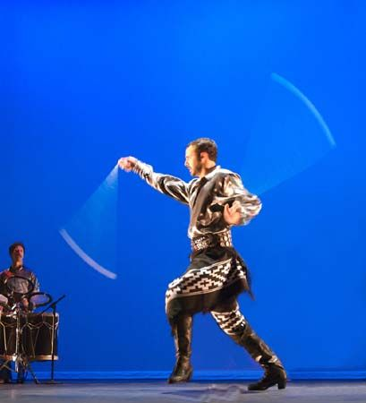 """""""Danza de Boleadoras"""" Espectaculo Folklorico que representa las una de las danzas tradicionales de Argentina/ Folkloric Show Dance which represents one of the traditional dances of Argentina."""