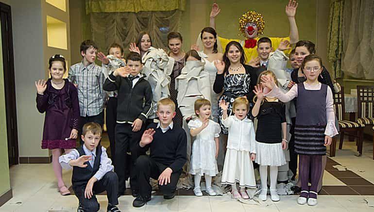 Klaun Na Wesele Do Wynajecia Dla Dzieci Wynajmij Clowna Na Przyjecia Weselne Jako Klaun Fred Zapewniam Komedie Te Wedding Dresses Bridesmaid Dresses Dresses