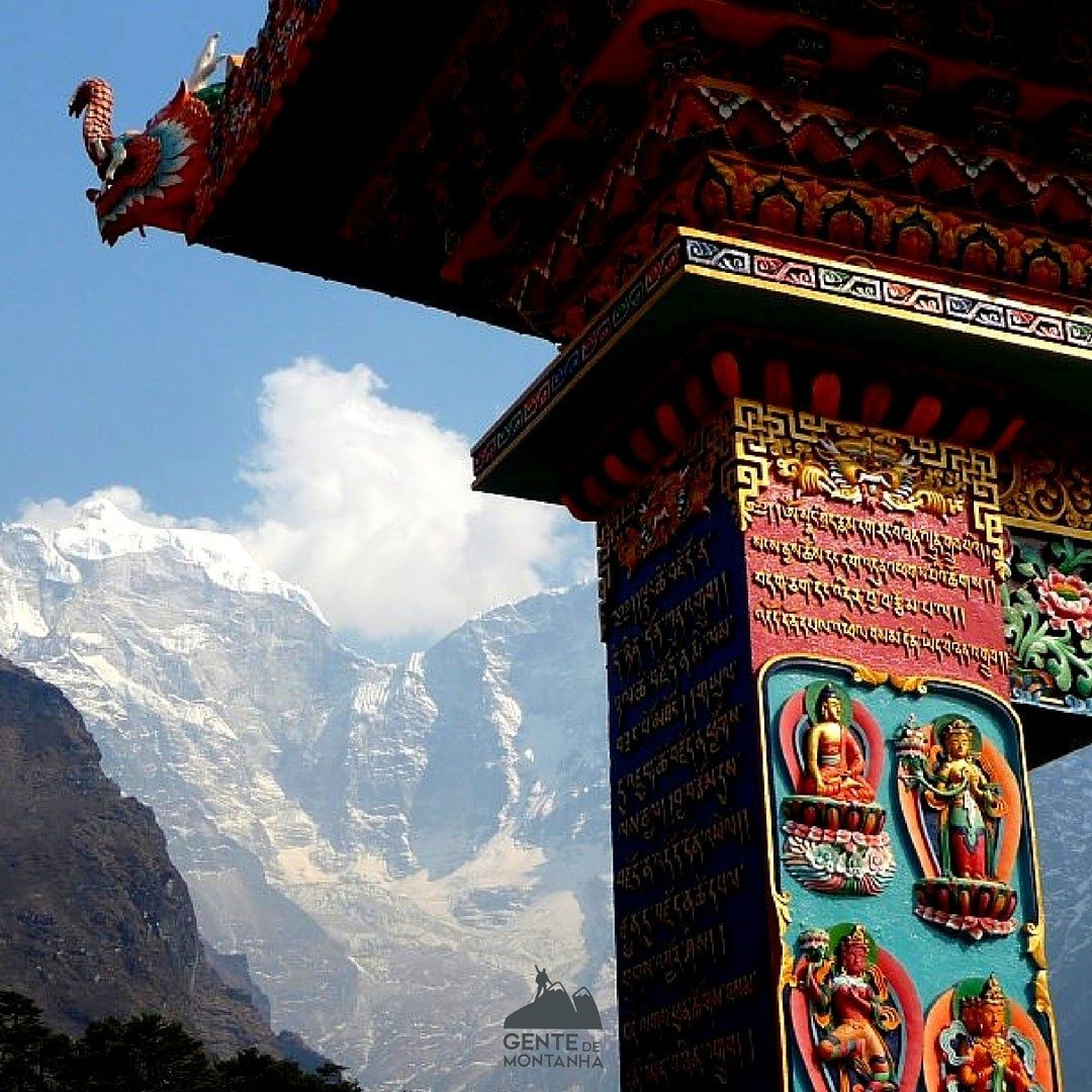 Templo budista em Tengboche Nepal - Massico Thamserku ao fundo - Foto de @Maximo Kausch  #GentedeMontanha #AltaMontanha #Montanhismo #Mountains #Everest #Nepal #trekking #SpotBR #GarminBrasil #Atletasgarmin #EueminhaDeuter #Deuter #Nepalearthquake #KarinaOliani #7S30M #EverestBaseCamp