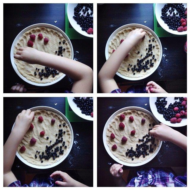 Kesän ihanin mustikkapiirakka on niin helppo, että se valmistuu myös lapsen käsissä.