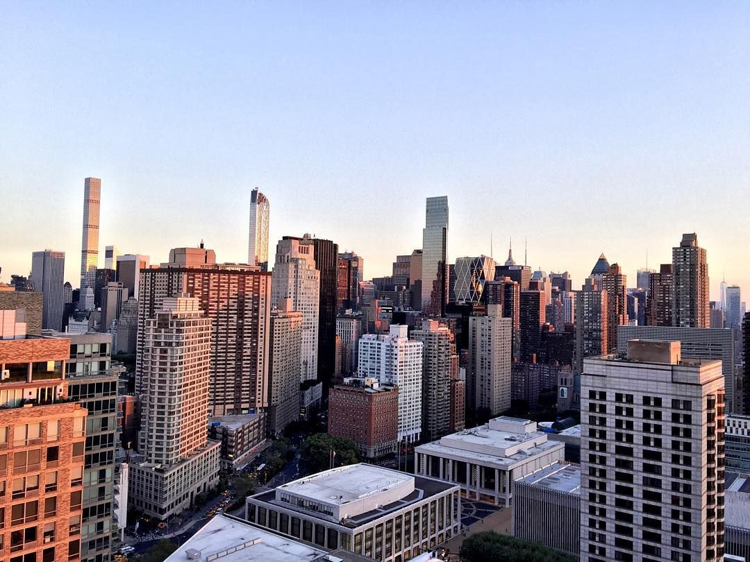 Golden hour from the 25th floor of Tower 67. Renovated 2 bedroom 2 bathroom unit with washer and dryer in a full service luxury rental tower.  #realestate #nycrealestate #freshlisting #justrentef #realestatephotography #miradorrealestate #nyc #nycrentals #panamequities #panamhome #tower67 #upperwestside #luxuryliving #skyline #goldenhour
