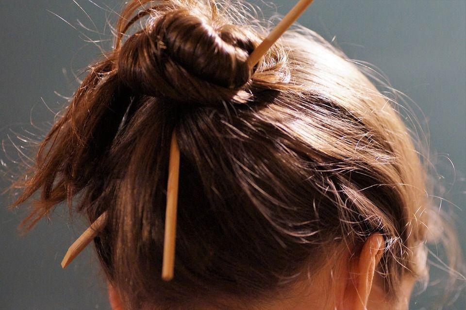Réussir son chignon : c'est si facile ! | Cheveux gras, Cheveux, Idées de coiffures