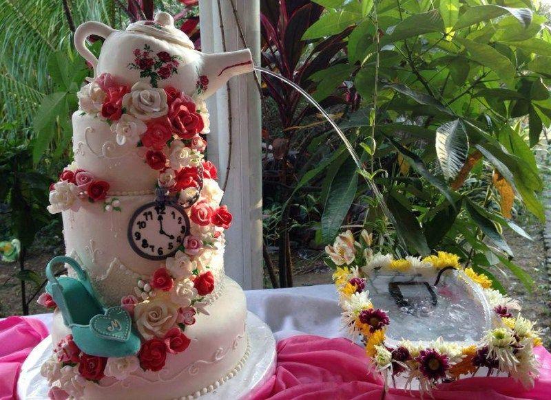Mimie & Galo\'s weird and wonderful Wonderland wedding | Alice ...