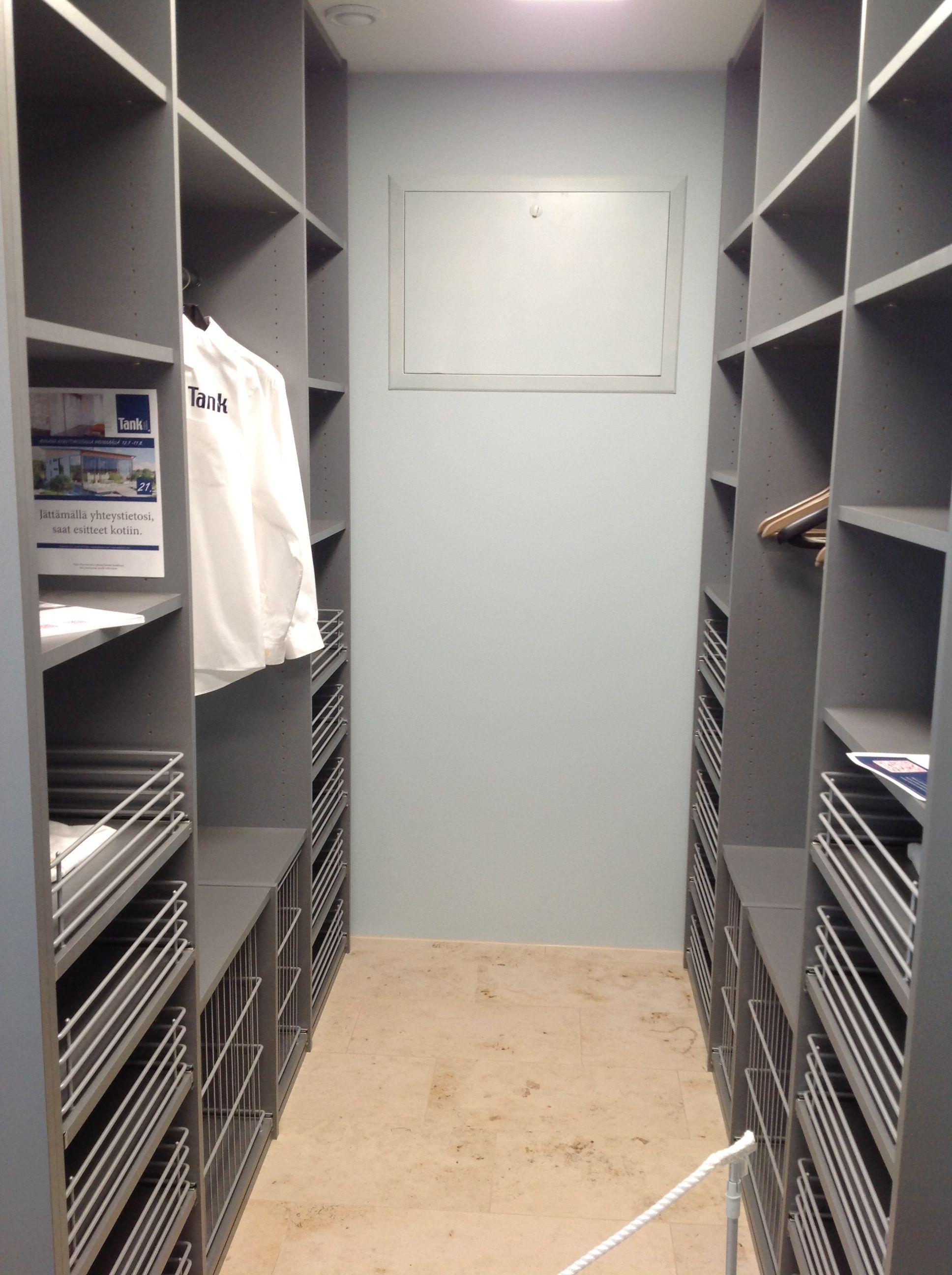 Vaatehuone, vetolaatikot ja tankotilaa  Closet