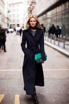 15 доказательств того, что черное пальто в пол — идеальная вещь 7