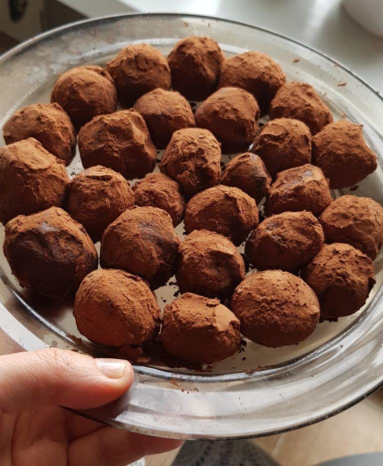Trufle Z Rumowym Posmakiem Deser Z Ciecierzycy Bez Cukru Glutenu Nabialu A Pyszka Mam Watpliwosc Food Baking Desserts