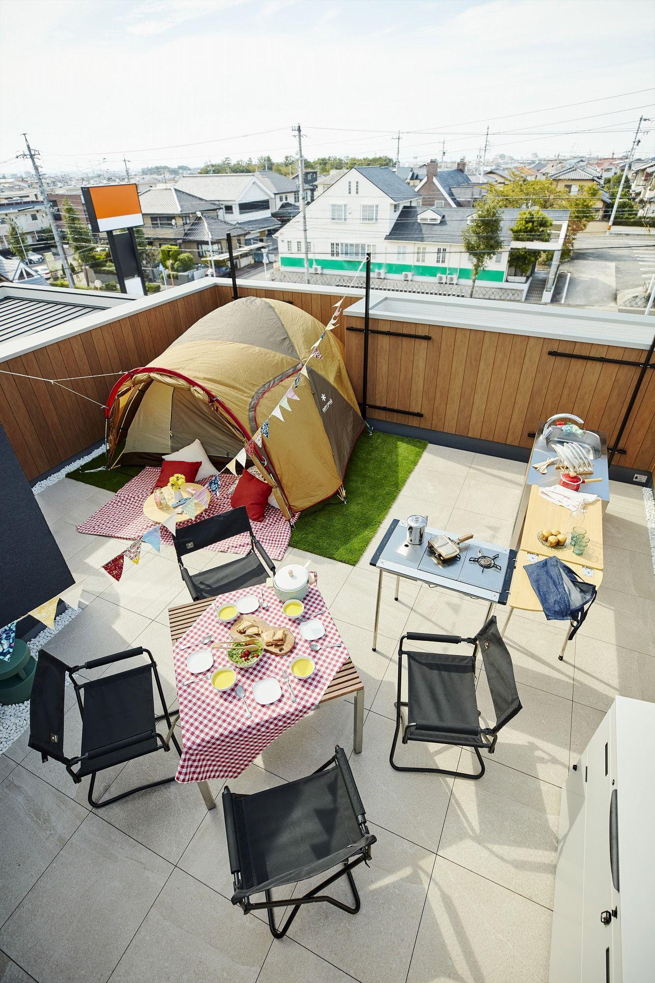 週末は自宅の屋上がキャンプ場 家族の外遊びは屋上で リビングの