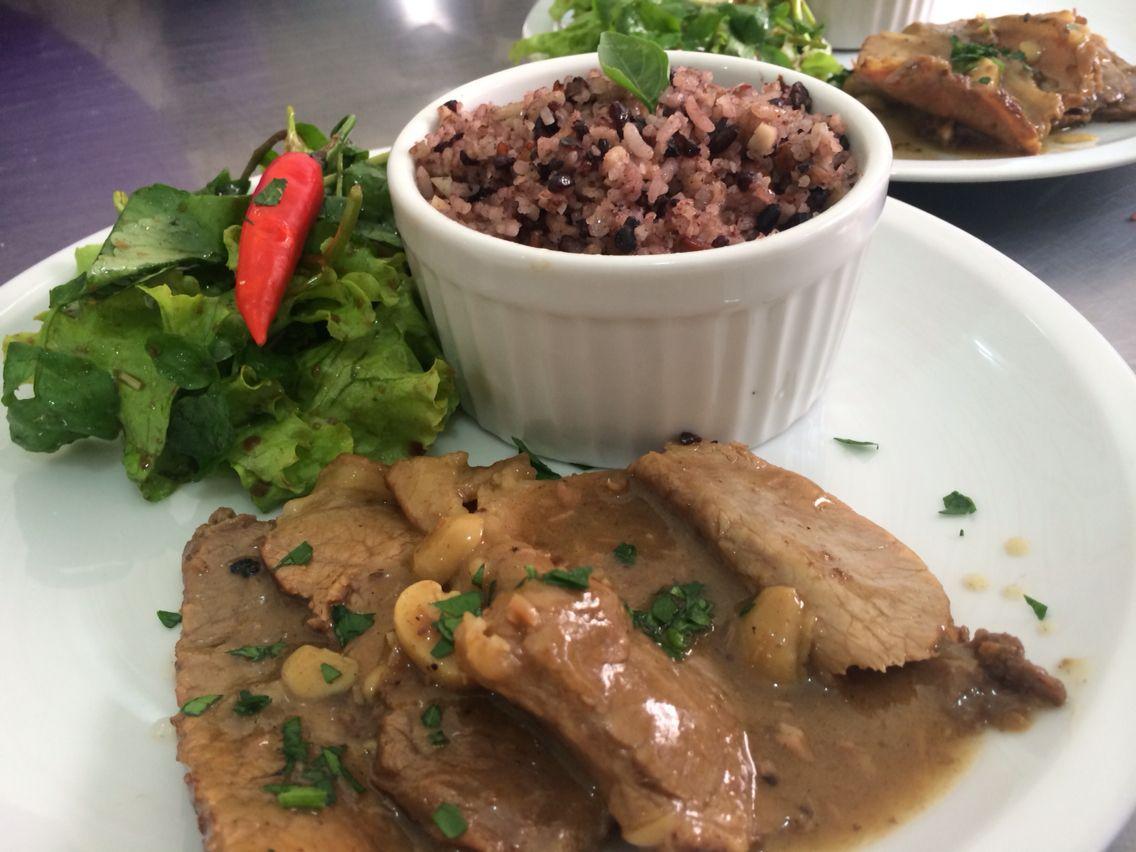 Carne assada no molho de vinho, mix de arroz com amêndoas e saladinhas verde!