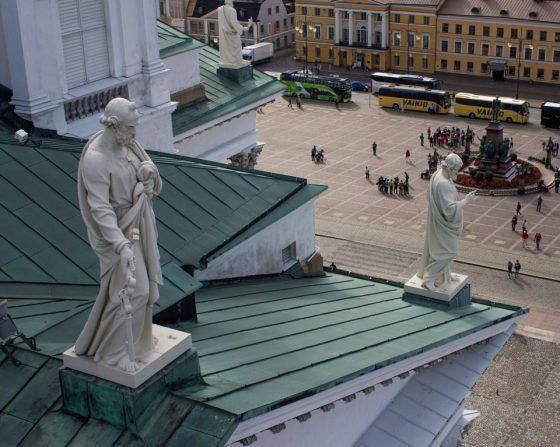 Tuomiokirkon koristeet sijaitsevat yli kymmenen metrin korkeudessa. Katon reunoja vartioivat apostolit eli Jeesuksen opetuslapset. Pääoven yllä avaimia kantaa pyhä Pietari.