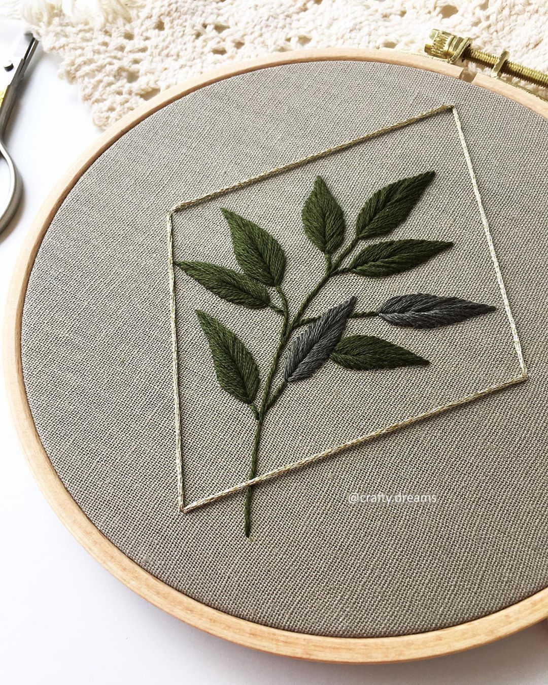 "Ashrifa Anwer sur Instagram: «Joyeux mercredi à tous! . . #craftydreams #embroidery #ashrifaanwer #fiberartist #hoopembroidery #etsy #etsyuk #etsyseller # dmcthreads… ""   – DIY"