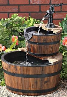 Fuente para tu jardín donde se aprovechan barriles de distinto tamaño.