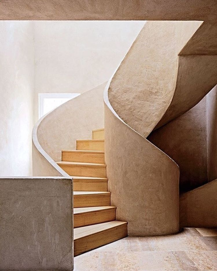 Sure, they get you from one place to another. But there's no reason staircases shouldn't be as beautifully designed as the rest of your home. See 15 striking modern staircases through the #linkinbio. Photo by @simonpwatson; design by Fernando Carucho
