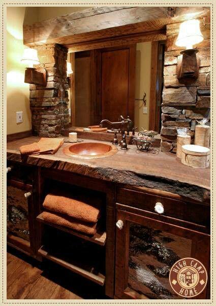 rustic bathroom Este es un lindo ejemplo de rústico chic. La rusticidad de la piedra contrasta con la suavidad de la madera lustrada. Buena elección.