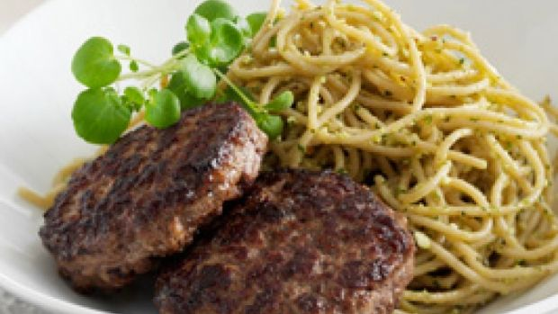 Hakkebøf og pasta med brøndkarse-pesto