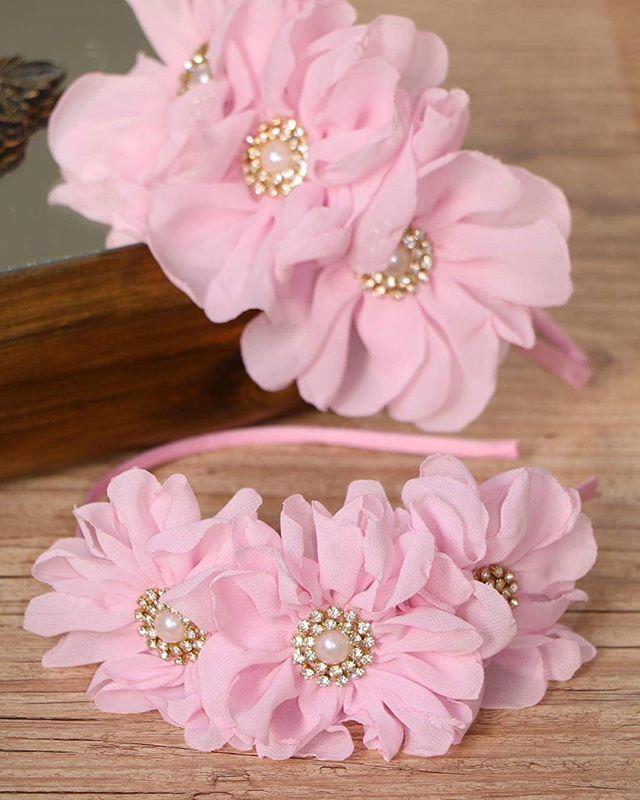 Maravilhosaaa....inspirada na tiara usada pela personagem da novela carinha  de anjo!  carinhadeanjo  tiara  flores  rosa  mãedemenina  acessorios d99f6aa70b0