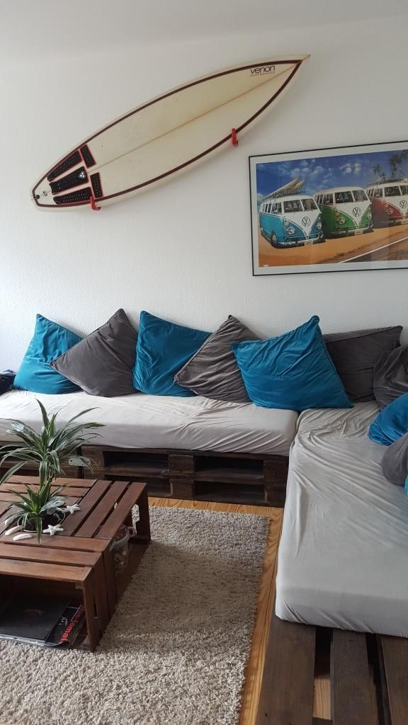 Hier Ist Das Wohnzimmer Komplett Nach Dem DIY Motto Eingerichtet: Eine  Selbstgebaute Eck Couch Mit Einem Selbstgebauten Wohnzimmertischchen.