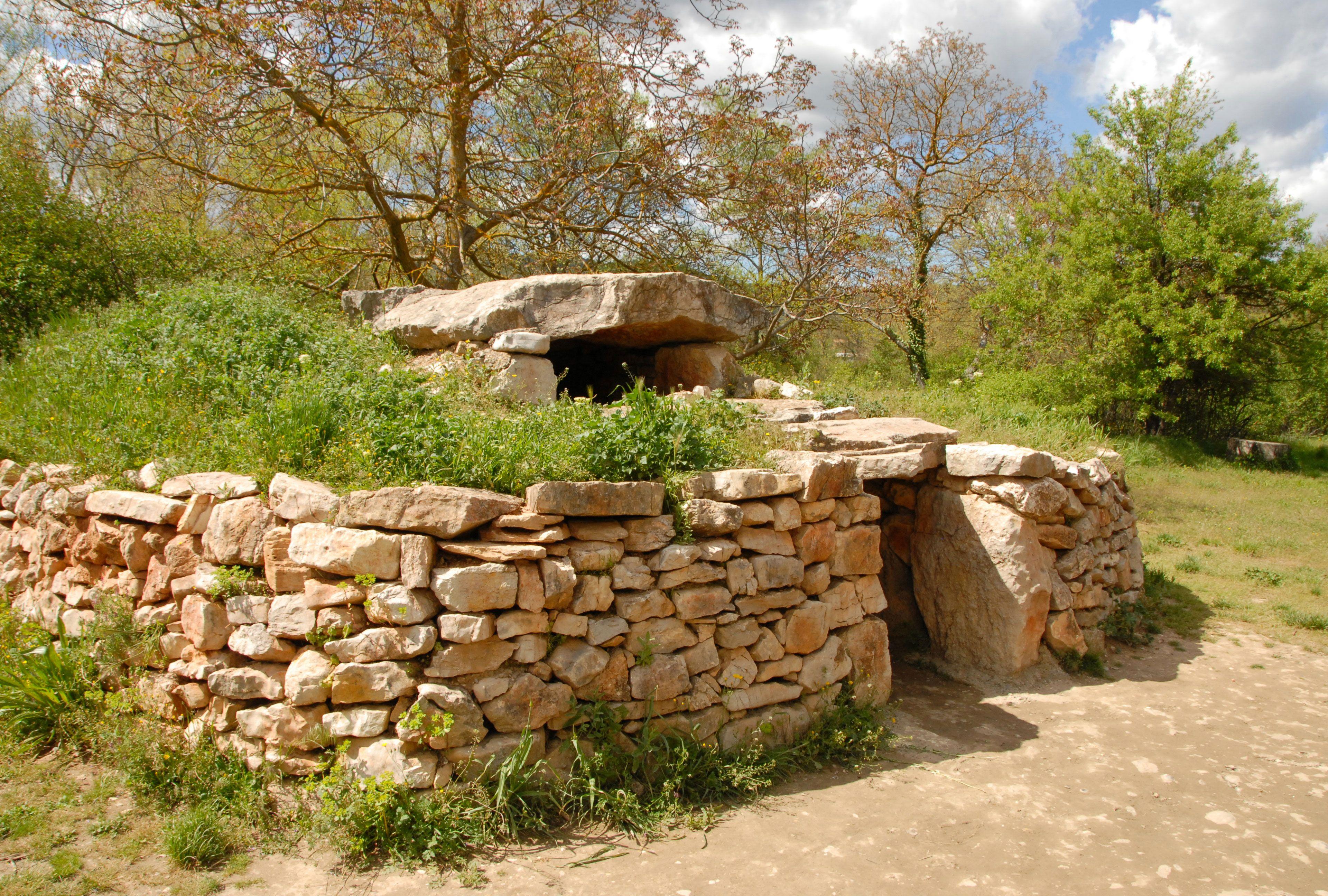 Reconstitution de la cabane de Terra Amata  Nice il y a 400 000 ans habitat préhistorique atc préhistoire Pinterest