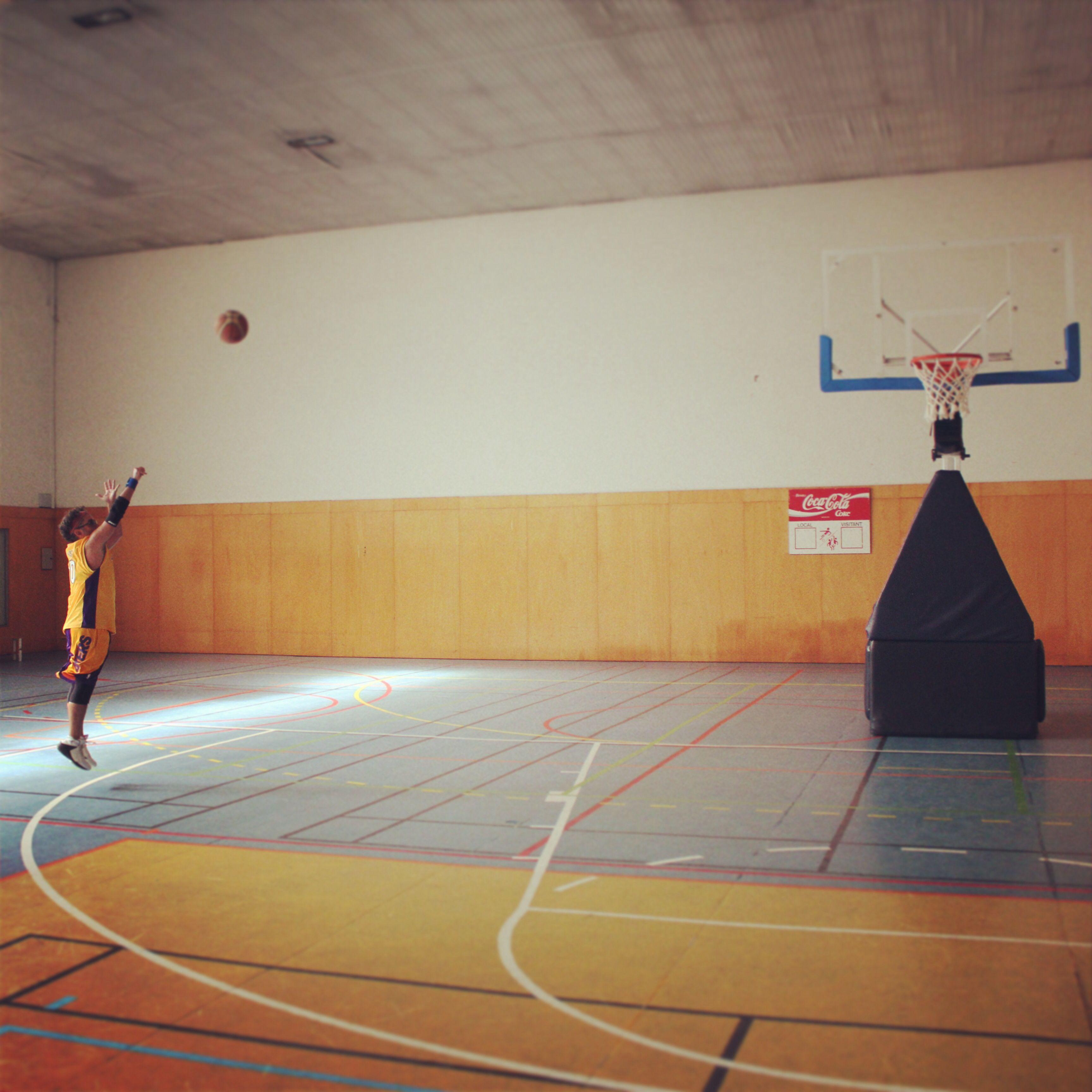 Tiro en suspensión: Lanzamiento a canasta tras elevarse en el aire, apoyando el balón en una mano mientras se sujeta con la otra, finalizando el lanzamiento con un característico golpe de muñeca
