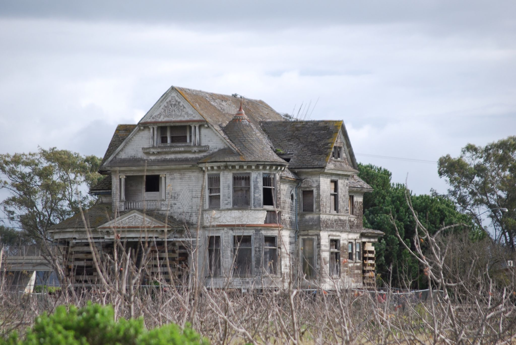 This Enormous Abandoned House Is Just Outside Santa Cruz Ca Watsonville I Think Steinbeck Country Abandoned Houses Abandoned Mansions Derelict Places