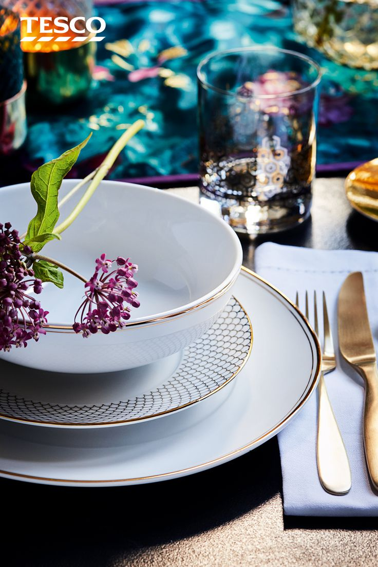 For A Sophisticated Everyday Table Setting Contrast Gold And White Tableware With A Teal Floral Print Table Settings Everyday White Tableware Christmas Table