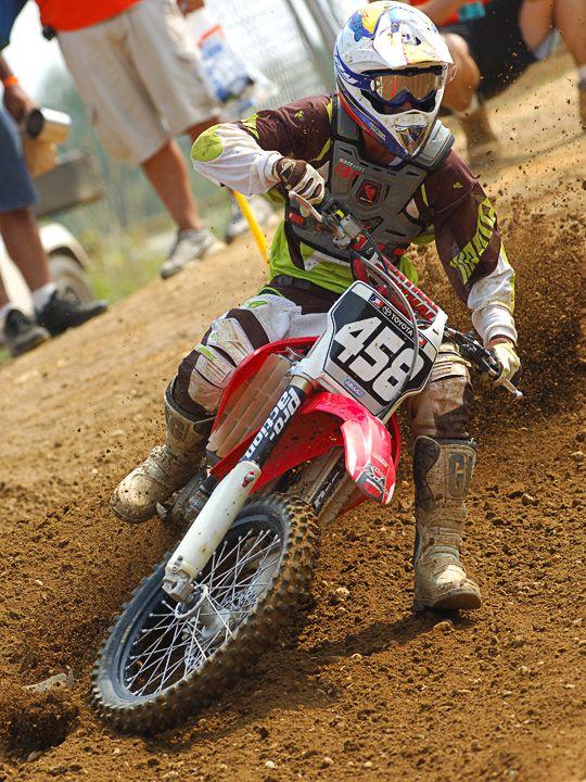 le Motocross est une compétition de vitesse pure sur circuit très accidenté et pourvu de sauts...   Trois catégories existent : MX1, MX2 et MX3.  http://www.shogunmoto.com/