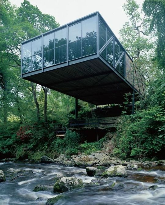 maison hors norme en pleine for t maison r ve exterieur design futuriste. Black Bedroom Furniture Sets. Home Design Ideas