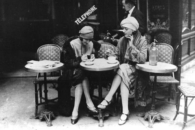 Solita Solano e Djuna Barnes fotografate da Maurice Brange al Cafè Le Select
