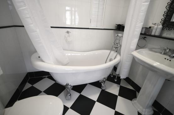 Badkamer en wc accessoires met zwart wit badkamer bathroom black