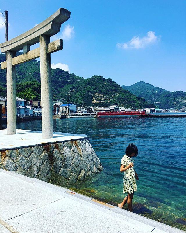 恵比寿神社 の 鳥居 は ほぼ 海 の上 この鳥居につかまって 好き