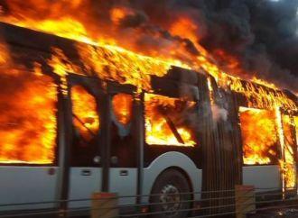 İstanbul Şirinevler'de Metrobüs yandı ve patladı! Seferler iptal edildi! http://www.sondakikaturk.com/haber/5000/son-dakika-istanbul-sirinevler-de-metrobus-yandi-ve-patladi-seferler-iptal-edildi