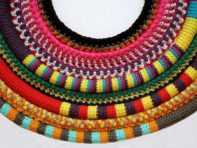 verscheidene veelkleurige gepunnikte aan elkaar genaaide stukken (dit werd een Afrikaanse korte ketting)  crochet necklaces