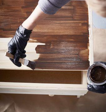Décoratrice en train de peindre une commode 3 tiroirs IKEA RAST avec