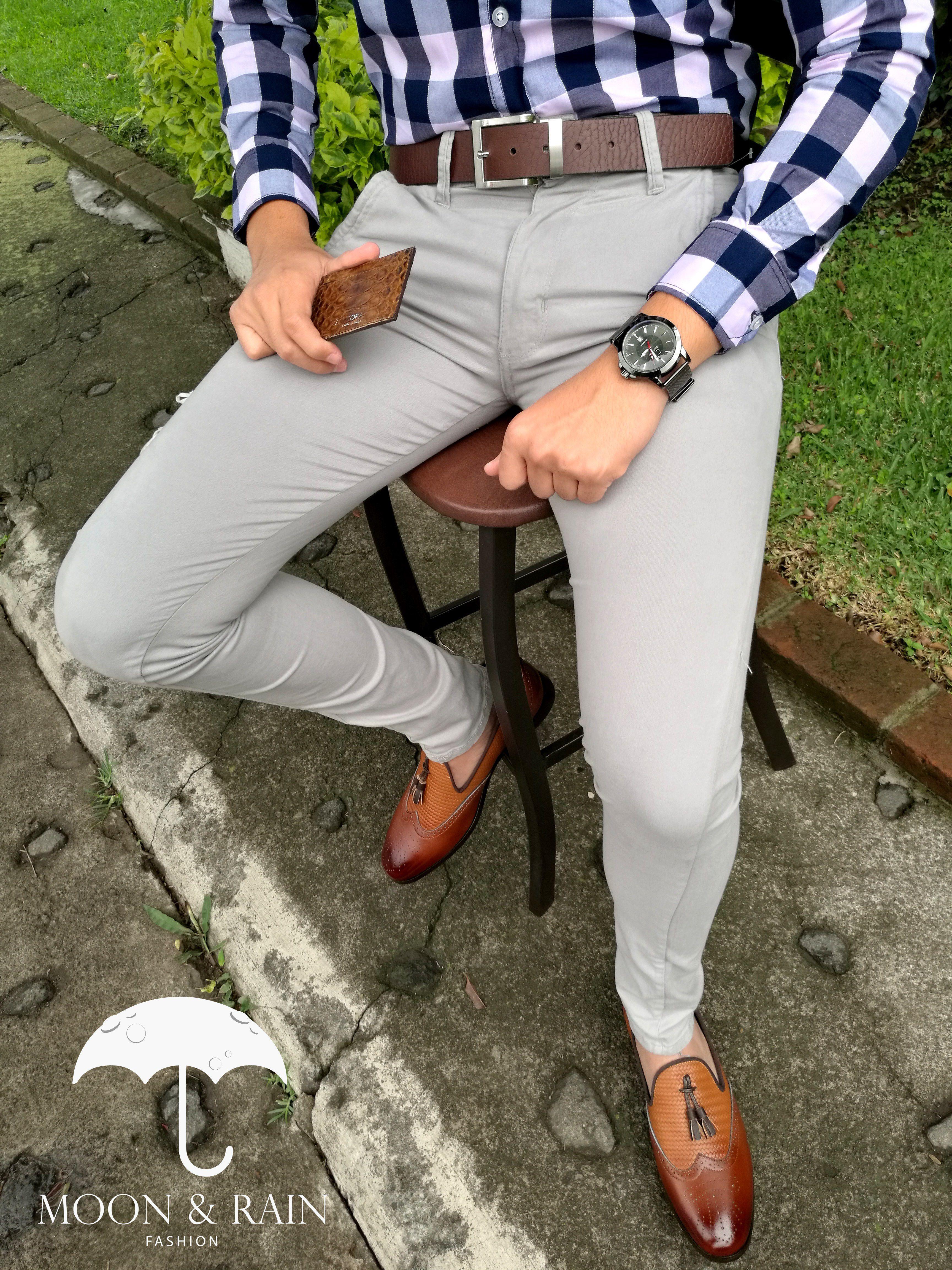 Outfit Para Hombre Camisa De Cuadro Azul Y Rosa Slim Fit Cinturon Cafe Pantalon De Gabardina Gris Camisa Gris Hombre Moda Ropa Hombre Combinar Ropa Hombre