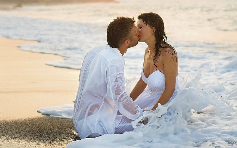 Wallpaper collection Romantic Love couple Kissing : Romantic couple Kiss at the Beach Love HD Desktop Wallpaper Background MOOD Pinterest ...