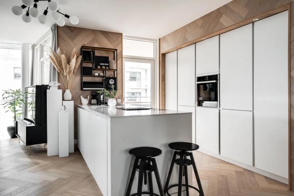 Cocina Blanca Nordica Integrada En El Salon Comedor Delikatissen Ideas De Cocina Blanca Cocina Blanca Islas De Cocina