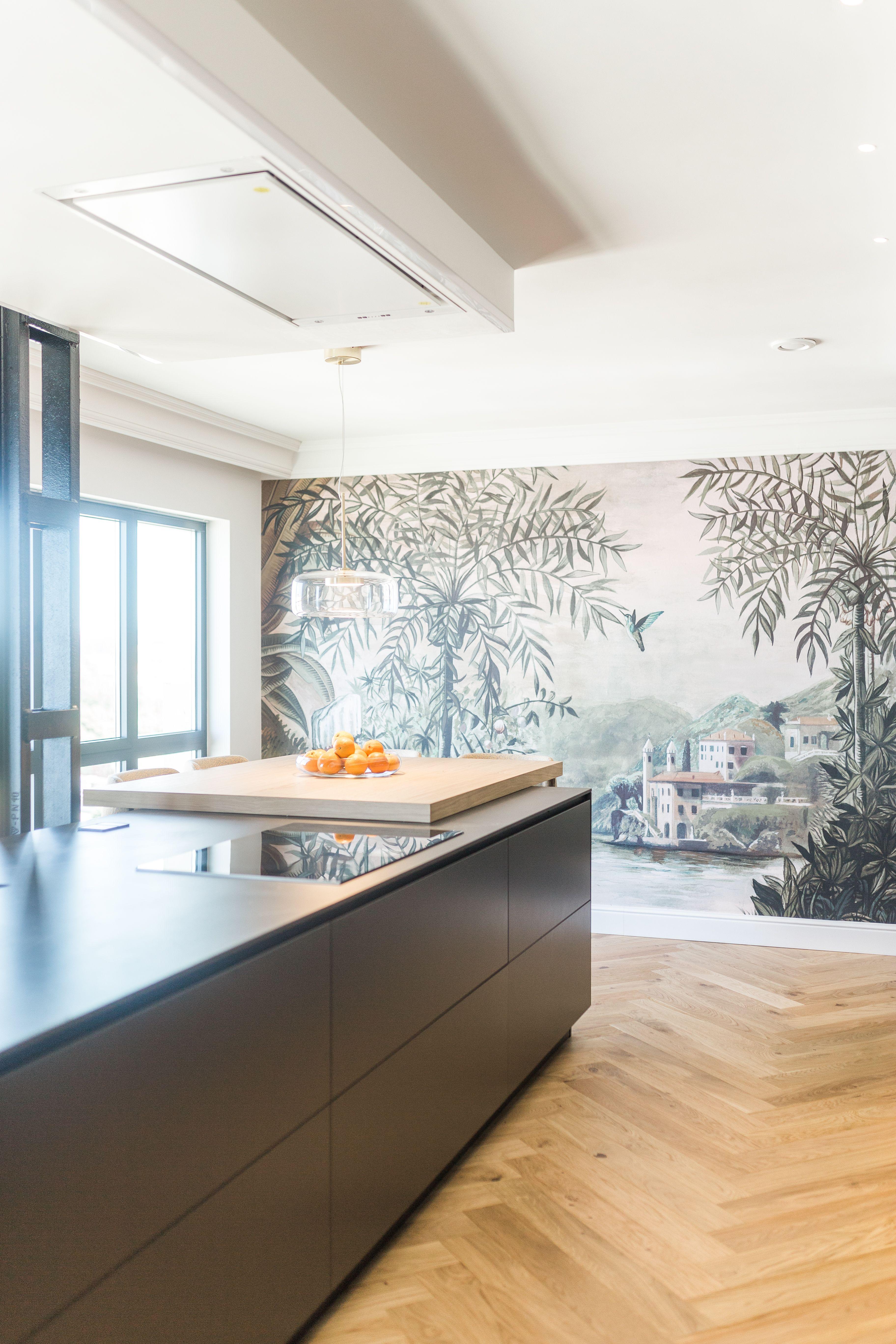 Una cocina de diseño en isla en gris oscuro combinado con ...