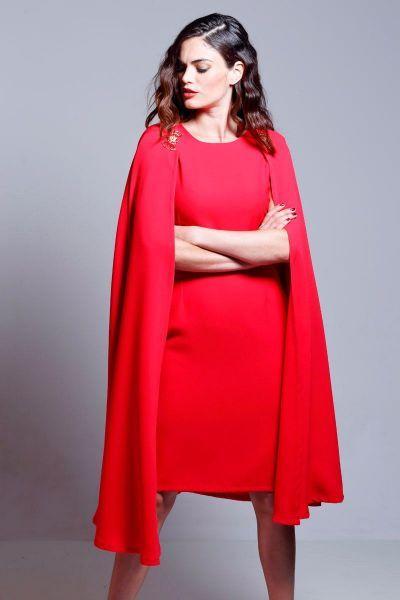 vestido rojo de fiesta con capa y broches dorados de otoño invierno ...