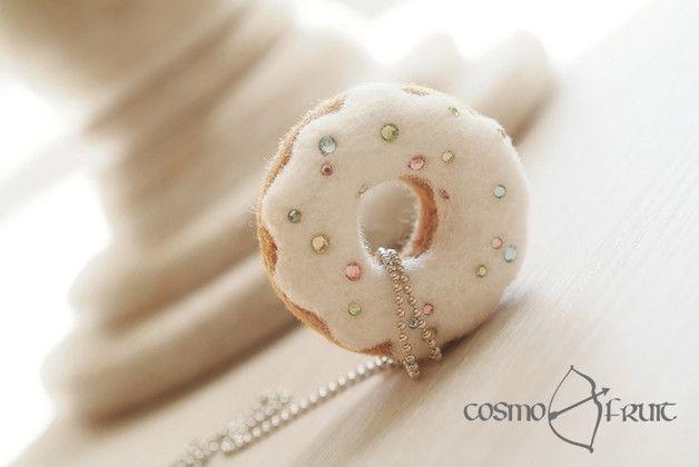 **Delightful Donut**  Diese zuckersüße in aufwändiger Handarbeit nadelgefilzte Köstlichkeit macht Appetit und ist ein außergewöhnlicher Hingucker. Seine in Pastellfarben funkelnden Zuckerstreusel...