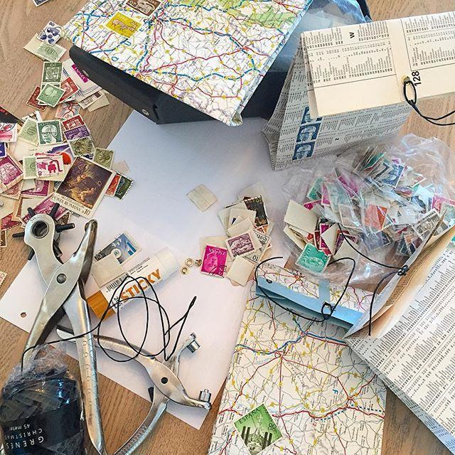 Formiddagshygge 🗞📰✂️ -de unge i huset er hoppet på ideen med at lave poser, og kan lige når et par stykker inden uni 😄 Jeg elsker når kreativitet smitter ❤️  #paperbags #paper #stamps #paperfun #hobby #diy #diybypanduro #craft #moodboard