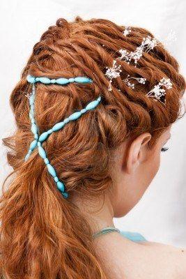 Peluquería de la chica pelirroja con adornos azules Foto de archivo