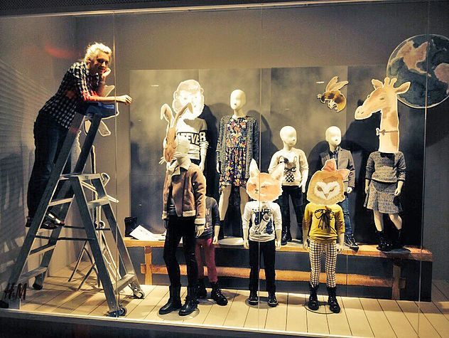 Fashion Visual Merchandising Education Requirements A small number of visual merchandisers have a high school diploma and some college experience, but the majority of workers have at least a bachelor's degree.
