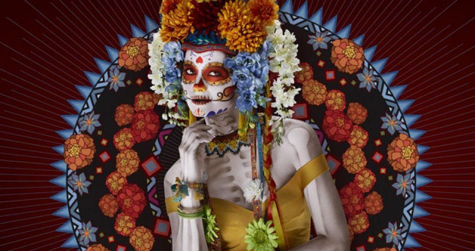 """Para celebrar el día de los muertos, la firma cervecera lanzó una campaña que celebra la tradición mexicana con un toque de """"modernidad y frescura""""."""